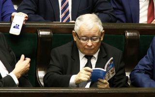 Ο Γιάροσλαβ Κατσίνσκι, ηγέτης του Κόμματος Νόμος και Δικαιοσύνη, κατά τη χθεσινή συνεδρίαση της πολωνικής Βουλής.