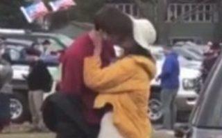 Ο φωτογραφικός φακός εντόπισε το νεαρό ζευγάρι να ανταλλάσσει καυτά φιλιά στη διάρκεια αγώνα μεταξύ των Πανεπιστημίων Χάρβαρντ και Γέιλ.