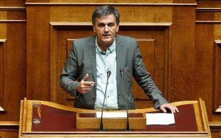Ο υπουργός Οικονομικών αρνήθηκε τις κατηγορίες της Ν.Δ. περί υπερφορολόγησης, αναφέροντας ότι η Ελλάδα βρίσκεται μόνο λίγο υψηλότερα από τον μέσο όρο της Ε.Ε. σε ό,τι αφορά τα φορολογικά έσοδα ως ποσοστό του ΑΕΠ.