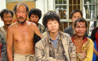 Ανθρωποι που ήταν αναγκασμένοι να δουλεύουν επί χρόνια ως σκλάβοι, μετά τη διάσωσή τους.