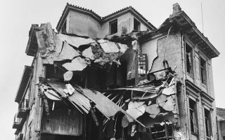 Πριν από 73 χρόνια, τον Δεκέμβριο του 1944, η Αθήνα εισήλθε στην πιο σκοτεινή περίοδο του Εμφυλίου Πολέμου. Για την πρωτεύουσα και το μέλλον της, οι εκτεταμένες καταστροφές στον οικιστικό ιστό της άφησαν ανεξίτηλα ίχνη με ανατινάξεις κτιρίων και φθορές σε μεγάλη ακτίνα γύρω από το κέντρο της πόλης, καθώς και σε συνοικίες. Οι μακροπρόθεσμες επιπτώσεις στην πολεοδομική ανασυγκρότησή της δεν έχουν ακόμη ερευνηθεί εις βάθος.