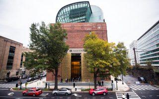 Διχάζει την κοινή γνώμη το νέο Μουσείο Βίβλου που άνοιξε τις πύλες του πριν από λίγες ημέρες στην Ουάσιγκτον. Λειτουργεί με ελεύθερη είσοδο, παρότι η κατασκευή του στοίχισε περίπου 500 εκατ. δολάρια και ένας από τους βασικούς χρηματοδότες του είναι ο Ντέιβιντ Γκριν, που πρόσφατα απασχόλησε τη δημοσιότητα, όταν αποκαλύφθηκε πως η εταιρεία του εισήγαγε στις ΗΠΑ αρχαιότητες από το Ιράκ, οι οποίες αποτελούσαν προϊόντα λεηλασίας.