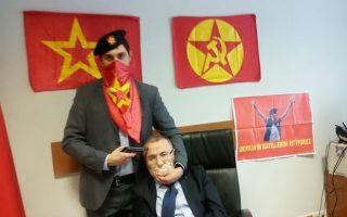 Μέλος του DHKP-C κρατάει όμηρο τον εισαγγελέα Μεχμέτ Σελίμ Κιράζ στο γραφείο του το 2015.