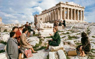 Αθήνα, 1963. Σε λίγες εβδομάδες αυτές οι γυναίκες θα φύγουν για την Αυστραλία μέσω ενός προγράμματος της World Young Women's Christian Association (YWCA). Όνειρό τους μια καλύτερη ζωή. Η Μαρία Τσακωνάκου (στο κέντρο), εκπρόσωπος της YWCA, έχει αναλάβει να τις προετοιμάσει για το μεγάλο ταξίδι. Τους μιλάει για τη νέα τους πατρίδα, αλλά και για όσα αφήνουν πίσω. Αυτά για τα οποία θα πρέπει κάποτε να μιλήσουν στα παιδιά τους.  Και μια επίσκεψη στην Ακρόπολη δεν θα μπορούσε παρά να είναι κομμάτι ενός τόσο δύσκολου αποχαιρετισμού. © Otis Imboden