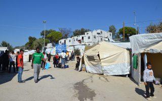 Στη Μόρια βρίσκονται σήμερα περισσότεροι από 6.500 πρόσφυγες και μετανάστες, όταν οι εγκαταστάσεις του ΚΥΤ στη Λέσβο μετά βίας χωρούν 2.300 άτομα. Ανάμεσά τους βρίσκονται και 600 ασυνόδευτα παιδιά.