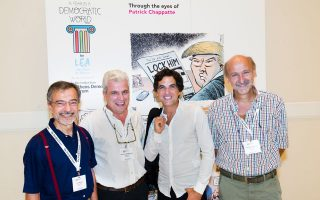 Oι τρεις σκιτσογράφοι της «Κ» με τον συνάδελφό τους των «Νιου Γιορκ Τάιμς», σε πρόσφατη έκθεση στο πλαίσιο του Athens Democracy Forum. Από αριστερά, Ηλίας Μακρής, Δημήτρης Χαντζόπουλος, Chappatte και Ανδρέας Πετρουλάκης.