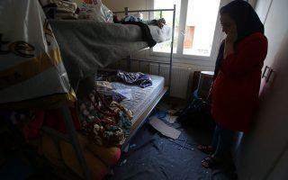 Η μητέρα του Αμίρ στο παιδικό δωμάτιο, πλάι στο παράθυρο που έσπασε από πέτρες και μπουκάλια που πέταξαν άγνωστοι.