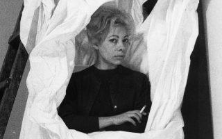 Η Χρύσα φωτογραφημένη μέσα στο έργο του Κεσσανλή «Η μεγάλη λευκή χειρονομία», από την έκθεση «Προτάσεις για μια νέα ελληνική γλυπτική», Palazzo Strozzi, Φλωρεντία, 1964.