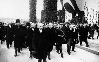 Ο νέος πρόεδρος της Τουρκικής Δημοκρατίας, στρατηγός Ισμέτ Ινονού, μαζί με άλλους Τούρκους αξιωματούχους, ηγείται της νεκρώσιμης πομπής στην κηδεία του θεμελιωτή της σύγχρονης Τουρκίας, Μουσταφά Κεμάλ Ατατούρκ, στην Άγκυρα, το 1938. Τριαντά τέσσερις χώρες συμμετείχαν με αντιπροσώπους τους στην πομπή, η οποία ξεκίνησε από τη Μεγάλη Εθνοσυνέλευση της Τουρκίας με προορισμό το Εθνογραφικό Μουσείο, στο οποίο θα παρέμενε η σορός του, μέχρι την ολοκλήρωση της οικοδόμησης του μαυσωλείου Ανιτκαμπίρ, το όποιο χτίστηκε ειδικά για αυτόν, στην τουρκική πρωτεύουσα. (AP Photo)