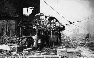 Μονάχα αυτό το πυρακτωμένο κουφάρι απέμεινε από αυτό το διώροφο λεωφορείο, μετά από το σφοδρό βομβαρδισμό του Κόβεντρι από τη Λουφτβάφε, το 1940. (AP Photo)