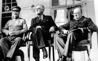 Οι «Τρεις Μεγάλοι» του συμμαχικού στρατοπέδου του Δευτέρου Παγκοσμίου Πολέμου, Ιωσήφ Στάλιν, Φραγκλίνος Ρούζβελτ και Ουίνστον Τσόρτσιλ, συναντώνται στην Τεχεράνη, στην πρώτη μεγάλη συμμαχική διάσκεψη του πολέμου, το 1943. Μεταξύ άλλων, στη διάσκεψη, η οποία είχε ως κύριο αντικείμενο της την εξέλιξη του πολέμου στην Ευρώπη απέναντι στη Ναζιστική Γερμανία, αποφασίστηκε και η ημερομηνία της απόβασης στη Νορμανδία, η οποία ορίστηκε για τις 4 Μαΐου του 1944. (AP Photo/British Official Photo)