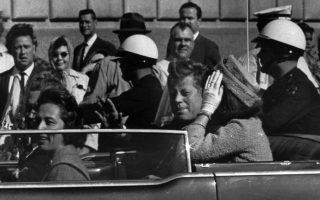Ένα λεπτό μετά από τη στιγμή που τραβήχτηκε αυτή η φωτογραφία, ο 35ος πρόεδρος των ΗΠΑ, Τζον Φιτζέραλντ Κένεντι, θα δολοφονηθεί από τον πρώην Αμερικανό πεζοναύτη Λι Χάρβεϊ Όσβαλντ, στο Ντάλας του Τέξας, το 1963, σε μία ιστορική στιγμή που σημάδεψε όσο καμία άλλη τη σύγχρονη ιστορία των Ηνωμένων Πολιτειών. (AP Photo/Jim Altgens)