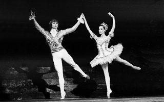 O θρυλικός Ρώσος χορευτής του κλασικού μπαλέτου, Ρούντολφ Νουρέγιεφ, και η Γαλλίδα χορεύτρια Νοέλα Ποντουά προβάρουν μία χορογραφία του Ρολάν Πετί, την οποία θα παρουσιάσουν στην Όπερα του Παρισίου, το 1968. Ήταν η πρώτη φορά που ο Ρώσος χορευτής χόρεψε στην Όπερα του Παρισιού, μετά τη φυγή του από τη Σοβιετική Ένωση. (AP Photo/Michel Lipchitz)