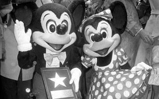 Ο Μίκυ Μάους γίνεται η πρώτη προσωπικότητα από τον χώρο των κινουμένων σχεδίων που αποκτά το δικό της αστέρι στη Λεωφόρο των Αστέρων του Χόλιγουντ (Hollywood Walk of Fame), το 1978. Ο διάσημος ποντικός του Ουόλτ Ντίσνεϊ, ο οποίος εκείνη τη χρονιά έκλεισε τα 50 του χρόνια, συνοδεύθηκε από το έτερον του ήμισυ, τη Μίνι, στην εκδήλωση, όπου εγκαινιάστηκε το 1700ο αστέρι της φημισμένης λεωφόρου. (AP Photo/George Brich)