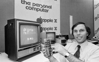 Ο Τζόελ Σκόλνικ, διευθυντής ενός καταστήματος υπολογιστών στο Κέιμπριτζ της Μασαχουσέτης, παρουσιάζει τις λειτουργίες μίας κάρτας μνήμης του υπολογιστή Apple II της Αpple, έχοντας τη βοήθεια της οθόνης που έχει πίσω του, το 1978. (AP Photo / David Tenenbaum).