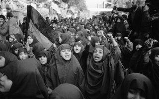 Νεαρά ορφανά κορίτσια με μαντίλες διαδηλώνουν έξω από την αμερικάνικη πρεσβεία στην Τεχεράνη, όπου πενήντα εργαζόμενοι κρατούνται αιχμάλωτοι από ένοπλους φοιτητές, οι οποίοι ζητούν την επιστροφή του έκπτωτου σάχη Μοχάμεντ Ρεζά Παχλαβί στο Ιράν, κατά τη διάρκεια της Ιρανικής Επανάστασης, το 1979. ((AP Photo/ Herve Merliac)
