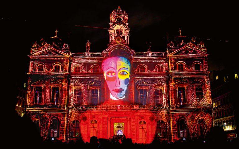 Στο πλαίσιο της Fête des Lumières, εντυπωσιακά εφέ κοσμούν τις προσόψεις των δημόσιων κτιρίων της Λυών. (Φωτογραφία: © AP Photo/Laurent Cipriani)