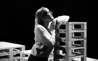 Για την Κόρα Καρβούνη, που παίζει ολόκληρη, είναι αδύνατον να προσδιορίσεις την ταχύτητα με την οποία γεμίζει όλη τη σκηνή.