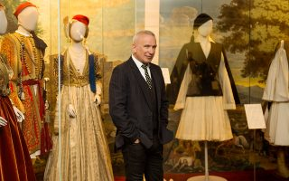 O Ζαν Πολ Γκοτιέ στα κεντρικά του Μουσείου Μπενάκη. Δεξιά του, το «Παρίσι-Αθήνα», ένα σακάκι με φόρεμα-φουστανέλα που σχεδίασε ο ίδιος, παρουσιάστηκε πρόσφατα στο αθηναϊκό μουσείο. Φωτογραφίες: Μαρά Δεσύπρη / D-TALES