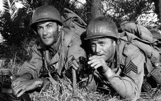 «Μάχη»: Ο λοχίας Σόντερς (Βικ Μόροου, δεξιά) έφερνε κοντά πατέρα και γιο με έναν τρόπο που δεν μπορούσε να συμβεί σε καμία άλλη στιγμή της καθημερινότητάς τους.