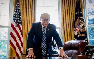 Ο Ντόναλντ Τραμπ ποζάρει για ένα φωτογραφικό πορτρέτο στο Οβάλ Γραφείο στον Λευκό Οίκο, τον περασμένο Απρίλιο.