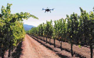 Η εποπτεία της καλλιέργειας με αυτόνομες ιπτάμενες συσκευές (drones) μπορεί να συνδυάσει συλλογή πληροφοριών και ψεκασμό ακριβείας.
