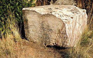 Βάθρο αγάλματος με επιγραφή στην είσοδο της Σπηλιάς του Σύλλα, πιθανόν της ρωμαϊκής περιόδου. (Φωτογραφία: ΝΙΚΟΣ ΚΟΚΚΑΣ)