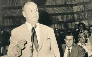 Αύγουστος, 1965. Ο Ηλίας Ηλιού αγορεύει στη Βουλή. Πίσω του διακρίνεται ο Μίκης Θεοδωράκης. Οι αγορεύσεις του ήταν πάντοτε μετριοπαθείς, εμπνευσμένες και βέβαια ευπρεπείς.