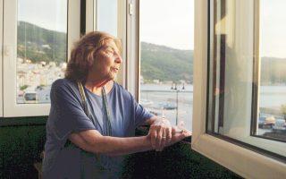 Η Αλκη Ζέη στο παράθυρο του παλιού πατρικού της στη Σάμο, σε στιγμιότυπο από το ντοκιμαντέρ της Μαργαρίτας Μαντά.