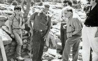 Ο Μάνος Χατζιδάκις επισκέπτεται το 1988 την ανασκαφή στη Ζώμινθο, την οποία διηύθυνε ο Γιάννης Σακελλαράκης (κέντρο).