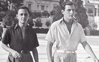 Ο Μάνος Χατζιδάκις μαζί με έναν φίλο του περπατούν στην κατοχική Αθήνα.