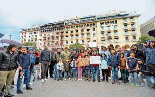Περίπου 100 πρόσφυγες που έφθασαν από την Αθήνα κατέλυσαν χθες στην πλατεία Αριστοτέλους.