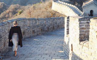 Η Πρώτη Κυρία των ΗΠΑ, Μελάνια Τραμπ, επισκέπτεται το Σινικό Τείχος μετά την αναχώρηση του Αμερικανού προέδρου Ντόναλντ Τραμπ για το Βιετνάμ. Πριν από την ξενάγησή της στο κινεζικό αξιοθέατο, η Μελάνια Τραμπ μυήθηκε στην επονομαζόμενη «διπλωματία των ζώων πάντα». Τάισε ένα γιγάντιο πάντα ονόματι Γκου Γκου και ενημερώθηκε για τη διατροφή και την εκπαίδευσή του. Στη συνέχεια, χαιρέτησε μια ομάδα μαθητών που την υποδέχθηκε με κινεζικά και αμερικανικά σημαιάκια και τους μοίρασε λούτρινους αετούς.