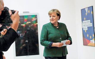 Το χαμόγελο επέστρεψε στα χείλη της υπηρεσιακής καγκελαρίου Μέρκελ, μετά την ευρεία συμφωνία στους κόλπους του κόμματός της για την έναρξη διερευνητικών συνομιλιών σχηματισμού κυβέρνησης με τους Σοσιαλδημοκράτες. Οι σχετικές αποφάσεις αναμένεται να ληφθούν μετά τη συνάντηση της Πέμπτης στο γραφείο του ομοσπονδιακού προέδρου Σταϊνμάγερ. Πάντως, στελέχη των Σοσιαλδημοκρατών ξεκαθαρίζουν ότι το ζήτημα της μεταρρύθμισης της Ευρωζώνης απέχει πολύ από την κορυφή της διαπραγματευτικής ατζέντας του κόμματος.