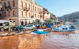Πνίγηκαν στα νερά και στη λάσπη το λιμάνι και η Χώρα της Σύμης από την έντονη βροχόπτωση της Δευτέρας. Περίπου 15 αυτοκίνητα κατέληξαν στη θάλασσα, 30 παρασύρθηκαν από τα νερά, βάρκες βγήκαν στη στεριά, πολλά μαγαζιά και σπίτια υπέστησαν καταστροφές, όπως επίσης το σχολείο και το νηπιαγωγείο. Μάχη για την αποκατάσταση των ζημιών δίνουν οι Αρχές. Χθες, νέο κύμα κακοκαιρίας του φαινομένου «Ευρυδίκη» κινήθηκε από τα δυτικά προς τα κεντρικά και τα νότια, με τις πρώτες σφοδρές καταιγίδες να εκδηλώνονται και πάλι στην Κέρκυρα.