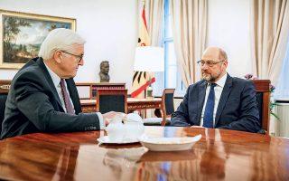 Σύντροφοι στο σοσιαλδημοκρατικό κόμμα SPD μέχρι πρότινος, αλλά με διαφορετικούς θεσμικούς ρόλους σήμερα, ο πρόεδρος της Γερμανίας Φρανκ-Βάλτερ Σταϊνμάγερ (αριστερά) και ο αρχηγός της αντιπολίτευσης Μάρτιν Σουλτς συζήτησαν χθες το ακανθώδες θέμα του σχηματισμού κυβέρνησης. Ο Γερμανός πρόεδρος παροτρύνει τα κόμματα να έρθουν σε συμβιβασμό προκειμένου να αποτραπούν πρόωρες εκλογές, ενώ ο Μάρτιν Σουλτς μετρίασε την απορριπτική τοποθέτησή του έναντι του ενδεχομένου αναβίωσης του «μεγάλου συνασπισμού» με την Αγκελα Μέρκελ.