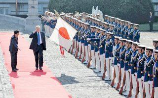 Ο Αμερικανός πρόεδρος Ντόναλντ Τραμπ χαιρετά στρατιωτικά το άγημα, ενώ ο Ιάπωνας πρωθυπουργός Σίνζο Αμπε του κάνει νόημα να προπορευθεί στο παλάτι Ακασάκα του Τόκιο. Οι δύο ηγέτες συμφώνησαν ότι στο ζήτημα της Βόρειας Κορέας «όλες οι εναλλακτικές βρίσκονται στο τραπέζι», ενώ ο κ. Τραμπ χαρακτήρισε την Πιονγιάνγκ «απειλή προς τον πολιτισμένο κόσμο».