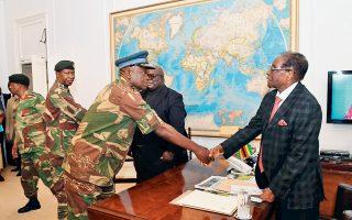 Ο πρόεδρος της Ζιμπάμπουε, Ρόμπερτ Μουγκάμπε, συναντήθηκε με στρατιωτικούς ηγέτες της χώρας. Εκμεταλλευόμενος την προσπάθεια πολιτικών του αντιπάλων να υπάρξει νομιμότητα στη διαδικασία διαδοχής του, ο Μουγκάμπε αρνούνταν πεισματικά να παραιτηθεί. Ωστόσο, το κυβερνών κόμμα ZANU-PF αποφάσισε ομοφώνως να αρχίσει σήμερα τη διαδικασία καθαίρεσής του.