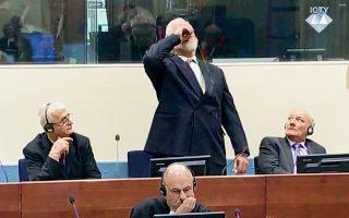 Ο στρατηγός Σλόμπονταν Πράλιακ πίνει δηλητήριο στην αίθουσα του Διεθνούς Ποινικού Δικαστηρίου για την πρώην Γιουγκοσλαβία. Ο 72χρονος Κροάτης της Βοσνίας είχε καταδικαστεί πρωτοδίκως σε 20 χρόνια κάθειρξη για εγκλήματα πολέμου. Η αυτοκτονία του Πράλιακ προσδίδει δραματικό τόνο στο κλείσιμο της αυλαίας του δικαστηρίου, έπειτα από 24 χρόνια λειτουργίας.