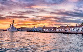 Ηλιοβασίλεμα στο λιμάνι της Νύμφης του Θερμαϊκού. Το «Αβέρωφ» φυλάσσει το Φεστιβάλ Κινηματογράφου Θεσσαλονίκης.