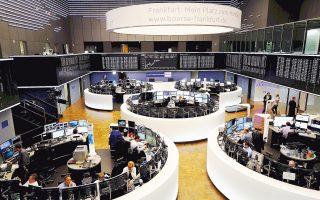 Θετικό ήταν το κλίμα στις ευρωπαϊκές αγορές. Το χρηματιστήριο της Φρανκφούρτης (φωτ.) έκλεισε με κέρδη 0,5%. Η Κεντρική Τράπεζα της Γερμανίας (Bundesbank) προέβλεψε πως η οικονομία της χώρας θα αναπτυχθεί δυναμικά και το τελευταίο τρίμηνο του 2017.