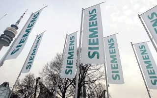 Σημαντικές απώλειες εμφάνισαν οι μετοχές της Siemens (3,7%), της Vestas (19%) και της Burberry (9,9%), κυρίως λόγω προβλέψεων για χαμηλότερα κέρδη από τα αναμενόμενα.