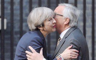 Η Τερέζα Μέι ασπάζεται τον Ζαν-Κλοντ Γιούνκερ. Μετά τη δέσμευσή της να αναλάβει τις οικονομικές υποχρεώσεις απέναντι στην Ε.Ε., υπάρχει η ελπίδα ότι θα ανοίξει ο δρόμος για συμφωνία και στο ιρλανδικό ζήτημα.