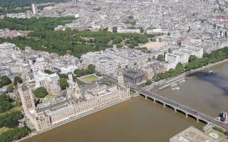 Κάθε χρόνο, εκατομμύρια τουρίστες επισκέπτονται τα παλάτια και τα διάφορα οικοδομήματα που ανήκουν στη βασιλική οικογένεια. Η συμβολή της στα τουριστικά έσοδα για τη Βρετανία ανέρχεται σε 621,6 εκατ. ευρώ ετησίως.