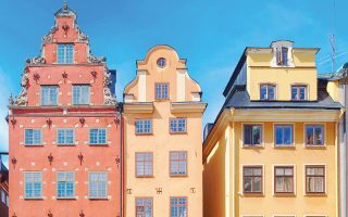 Η Κεντρική Τράπεζα της Σουηδίας βρίσκεται σε δίλημμα αν θα πρέπει να αυξήσει το 2018 τα επιτόκια δανεισμού ή να τα διατηρήσει ως έχουν, ώστε να μην επιτείνει το πρόβλημα στην αγορά κατοικίας.