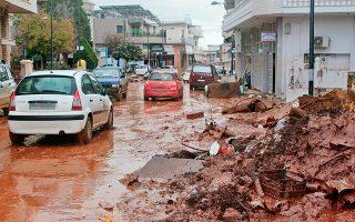 Στη Μάνδρα, οι κάτοικοι παραμένουν αντιμέτωποι με τη λάσπη.