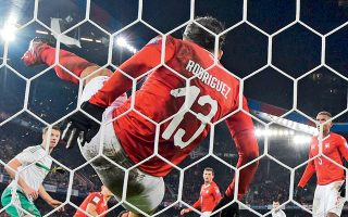 Η Ελβετία μένοντας στο 0-0 με τη Β. Ιρλανδία πήρε δύσκολα την πρόκριση με ήρωα τον Ρικάρντο Ροντρίγκεζ, ο οποίος έδιωξε την μπάλα πάνω στη γραμμή του τέρματος στις καθυστερήσεις του αγώνα, σε κεφαλιά του Τζόνι Εβανς.