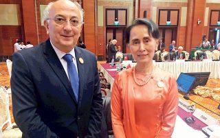 Ο υφυπουργός Εξωτερικών Γιάννης Αμανατίδης στη Σύνοδο Υπουργών Εξωτερικών της 13ης Ευρωασιατικής Συνάντησης, στη Μιανμάρ. Ο υφυπουργός έκρινε ότι τονώνει και ενισχύει την εικόνα του, φωτογραφιζόμενος χαμογελαστός δίπλα στην πρωθυπουργό της Μιανμάρ, τη γυναίκα η οποία ευθύνεται για τη γενοκτονία που συντελείται τώρα που μιλάμε εις βάρος των εκατοντάδων χιλιάδων μουσουλμάνων Ροχίνγκια της Μιανμάρ. Τη φωτογραφία έστειλε το υπουργείο Εξωτερικών, δηλαδή το γραφείο του υφυπουργού, προφανώς κατ' εντολήν του. Απόδειξη ότι ο Γ. Αμανατίδης είτε δεν κατάλαβε τίποτα είτε δεν τον νοιάζει καθόλου. Το τελευταίο είναι μάλλον πιθανότερο, αφού πρόκειται για Συριζαίο...