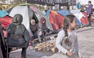 Εκτη ημέρα, η χθεσινή, της απεργίας πείνας προσφύγων στην πλατεία Συντάγματος. Υποψιάζομαι ότι, σε δεύτερο πλάνο, αριστερά, με την πλάτη γυρισμένη, η μορφή με το σκούρο τσαντόρ δεν είναι μουσουλμάνα πρόσφυγας, αλλά ο Γιάννης Μιχελογιαννάκης. Εχει μεταμφιεσθεί από σεμνότητα. Δεν θέλει να διαφημίσει τη στάση του. Αλλωστε, το κόμμα του είναι στην εξουσία...