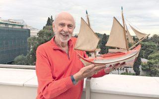Ο Αγγελος Δεληβορριάς φωτογραφημένος στο μπαλκόνι του Μουσείου Μπενάκη της Κουμπάρη. Στη συνάντησή μας θυμήθηκε τα παιδικά του χρόνια και επέλεξε ένα υπέροχο καραβάκι από τη συλλογή του Μουσείου Παιχνιδιών που μόλις άνοιξε τις πόρτες του στο Φάληρο.